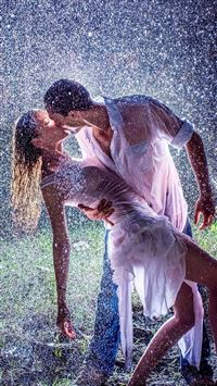 Raining Kissing Lovers Romantic Ground iPhone 8 wallpaper