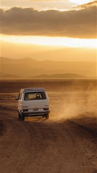 Volkswagen Transporter Desert Roadtrip iPhone 8 wallpaper
