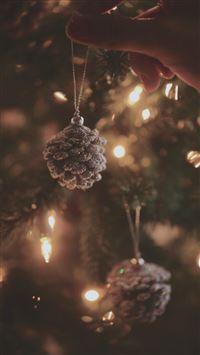 Decorating Christmas Tree Pine Cones iPhone se wallpaper