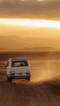 Volkswagen Transporter Desert Roadtrip iPhone se wallpaper