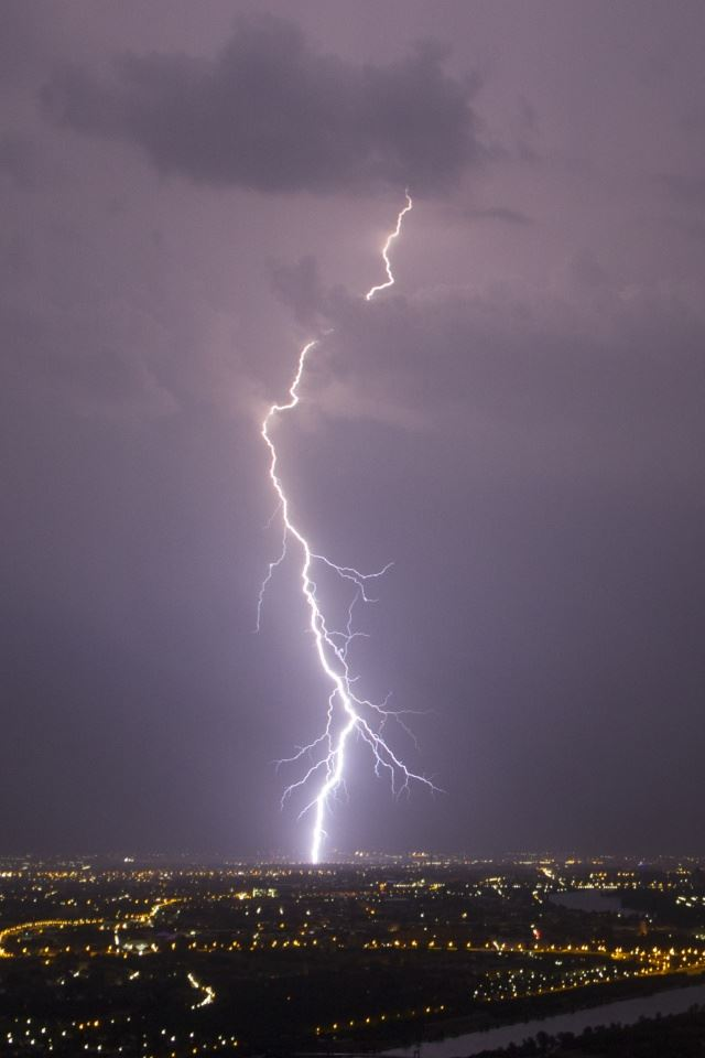 Lightning Vienna iPhone 4s wallpaper