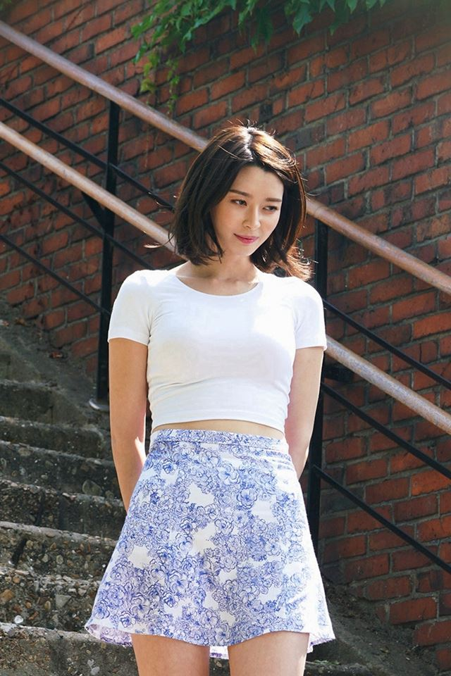 Kpop Girl Kwon Nara Hellovenus Jean Walking iPhone 4s wallpaper