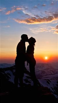 Lover Couple Sunset Snowy Mountain Top Outlines iPhone 6(s)~8(s) wallpaper