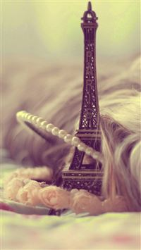 Eiffel Tower Keychain Miniature iPhone 6(s)~8(s) wallpaper
