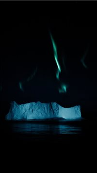 Northern lights above an iceberg in the Arctic iPhone 6(s)~8(s) wallpaper