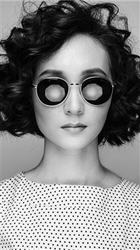 woman wearing sunglasses iPhone 6(s)~8(s) wallpaper