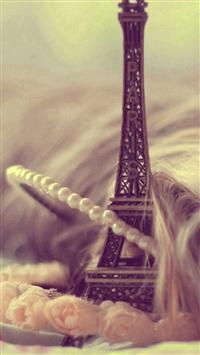 Eiffel Tower Keychain Miniature iPhone 5s wallpaper