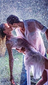 Raining Kissing Lovers Romantic Ground iPhone 5s wallpaper
