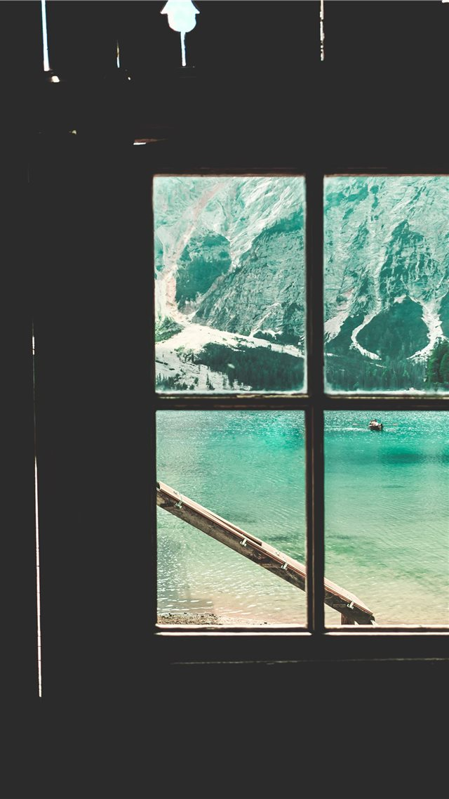 Braies lake trip iPhone SE wallpaper