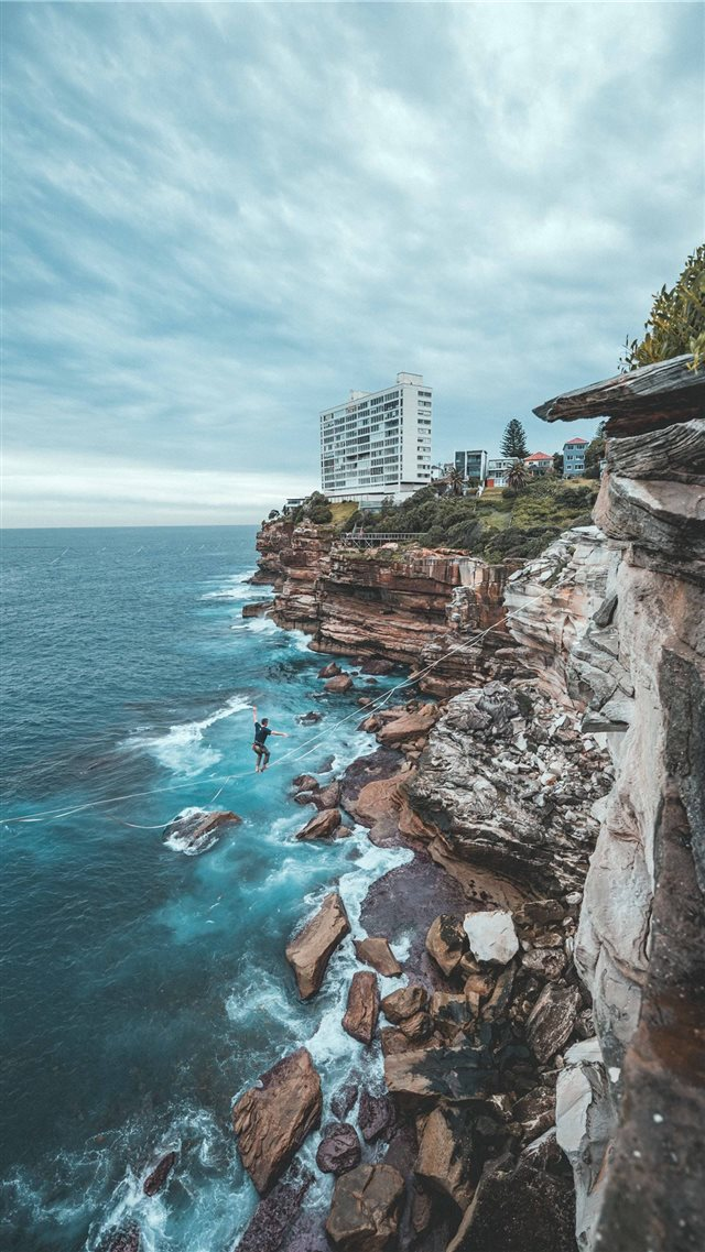 Sydney's coastal cliffs are a great spot to Highli... iPhone SE wallpaper