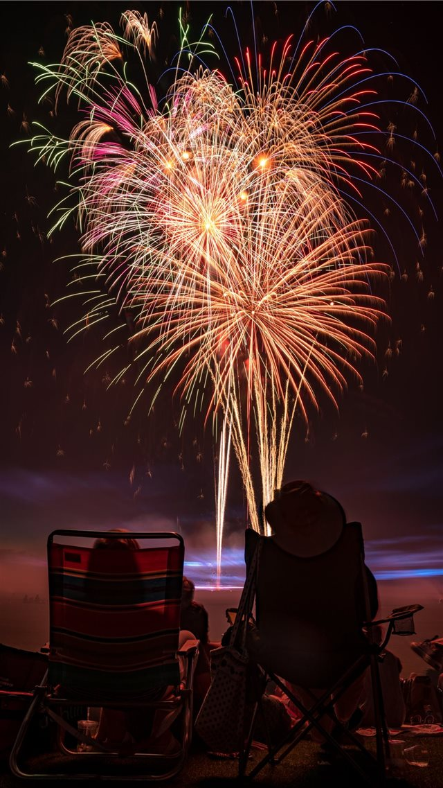 two people watching fireworks display iPhone SE wallpaper